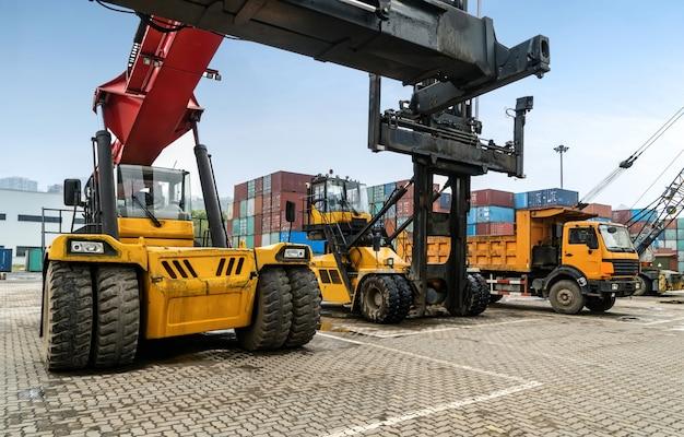 Manuseamento de veículos na movimentação de contentores