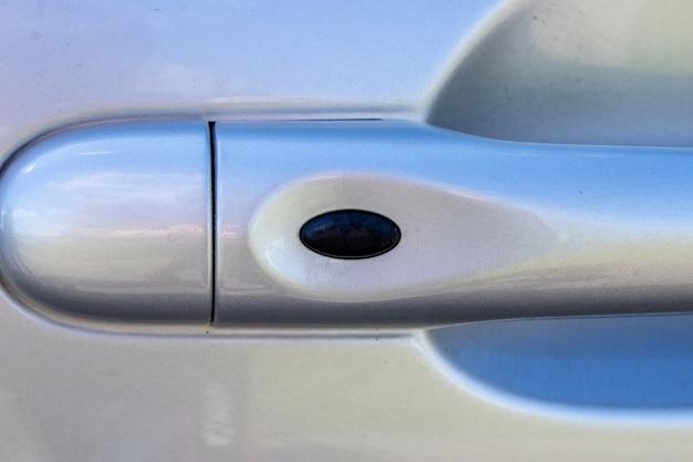 Manuseie o carro com o botão de desbloqueio das portas a maçaneta da porta do carro