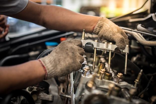 Manutenção de automóveis com válvulas de motor. um depósito em um pistão, uma grande corrida, uma longa vida útil