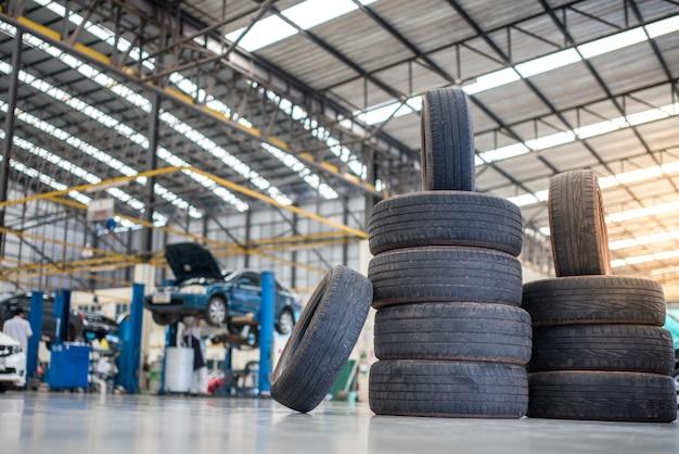 Manutenção de automóveis e centro de serviços. equipamento para reparação e substituição de pneus de veículos. mudança sazonal de pneus