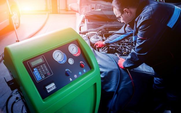 Manutenção do ar condicionado do carro. estação de serviço.
