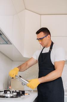 Manutenção homem vai instalar equipamentos de encanamento na cozinha