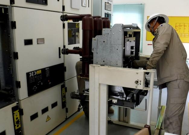 Manutenção preventiva elétrica teste de disjuntor de média tensão e inspeção de lubrificação