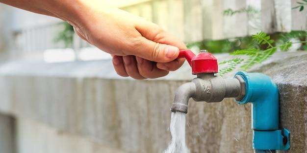 Mão aberta para beber água da torneira