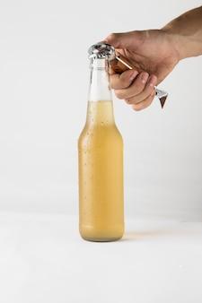 Mão, abertura, garrafa cerveja