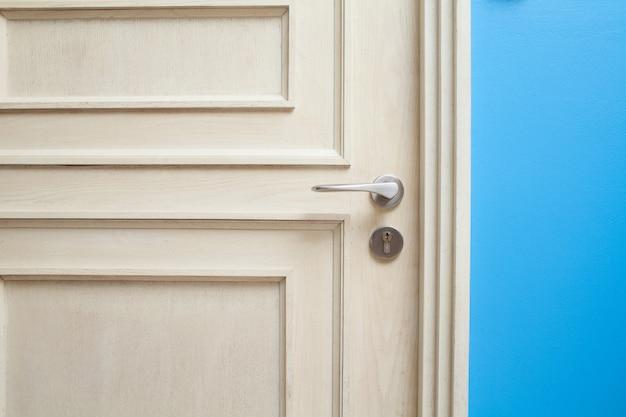 Mão abrindo a porta do quarto para hotel e casa