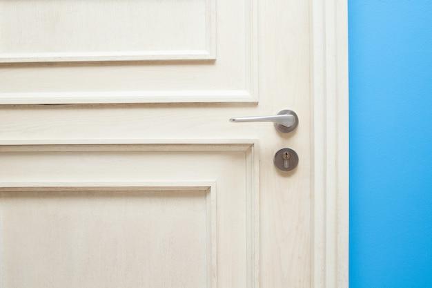 Mão abrindo a porta do quarto para o conceito de hotel e casa
