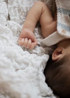 Mão adorável recém-nascido adorável de close-up