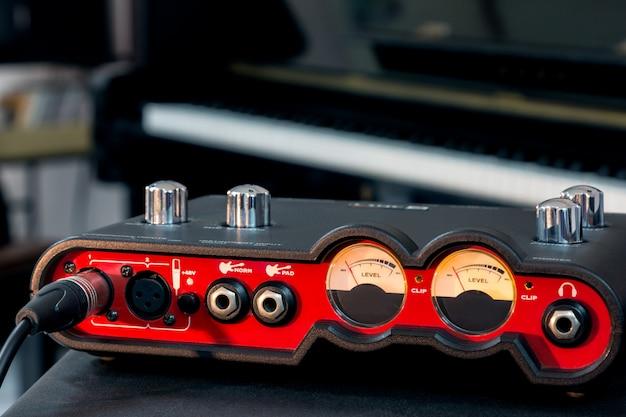 Mão ajustar o volume da interface de áudio