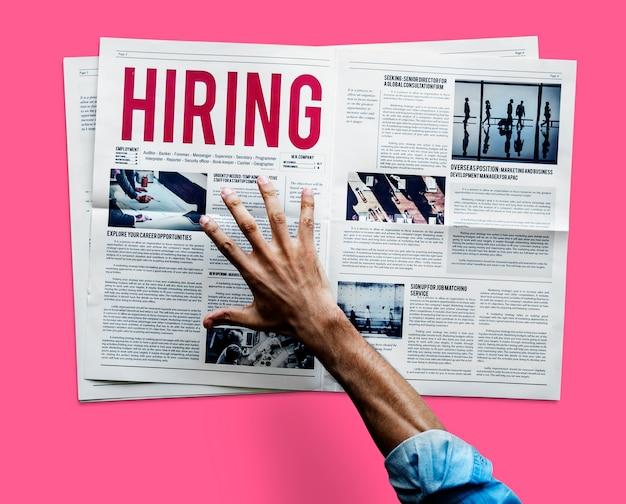 Mão, alcançar, agarrar, jornal, contratação, anúncio trabalho
