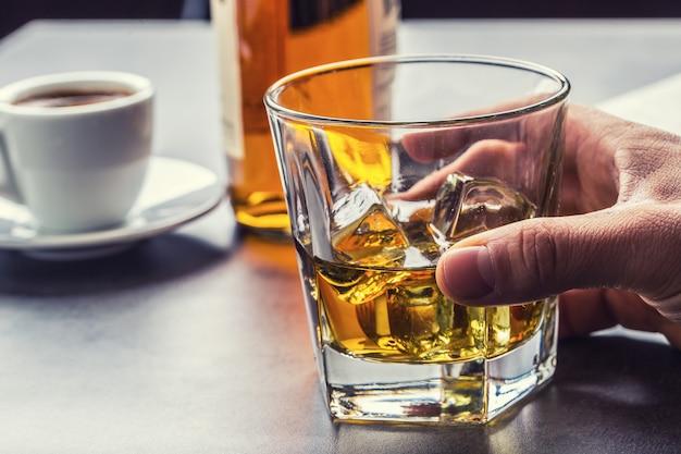 Mão alcoólica e beba o destilado aguardente de uísque ou conhaque.