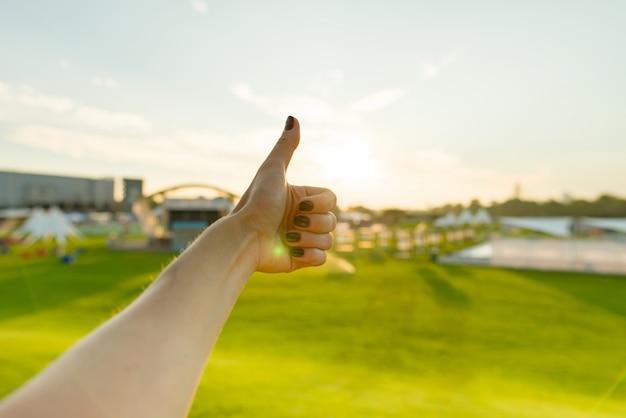Mão ao ar livre, aparecendo o polegar, gesto de símbolo de sinal positivo ok