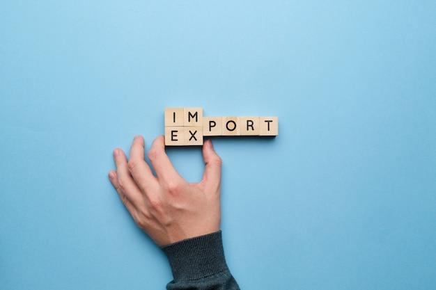 Mão aponta para o conceito de relações comerciais de importação e exportação