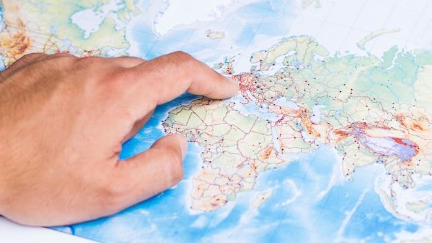 Mão apontando um lugar na europa