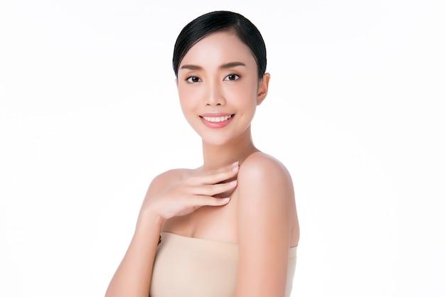 Mão asiática bonita jovem tocando no ombro. pele limpa e fresca, conceito de cosmetologia de beleza