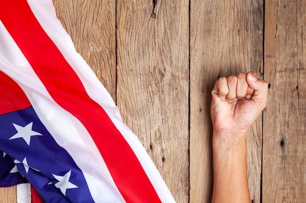 Mão asiática homem punhado eua bandeira conceito o conflito entre a china e os estados unidos