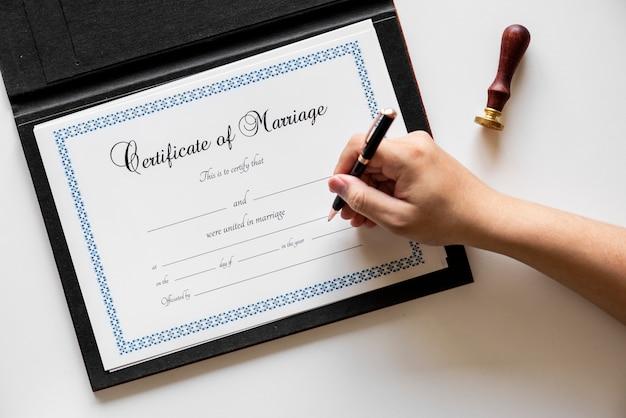 Mão, assinando, ligado, certificação casamento