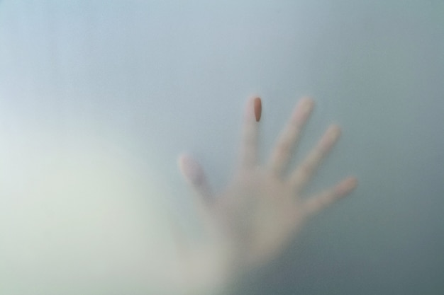 Mão, atrás de, vidro fosco