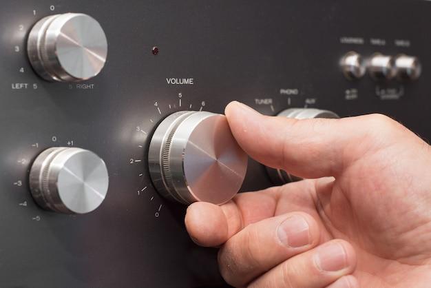 Mão, aumente volume, em, um, estéreo