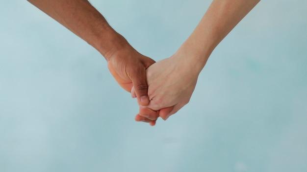 Mão branca e mão negra conectam antiracismo pare o racismo, todas as pessoas são iguais amizade dos povos a vida dos negros importa