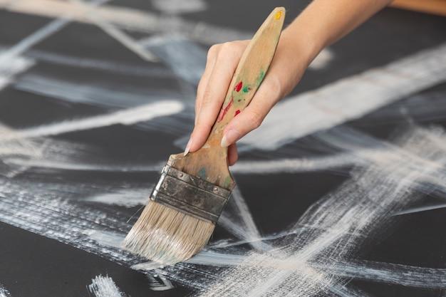 Mão close-up, segurando, escova pintando