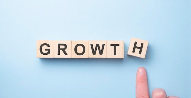 Mão colocando h no texto de crescimento