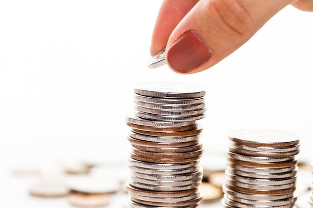 Mão colocar moeda a escada de dinheiro