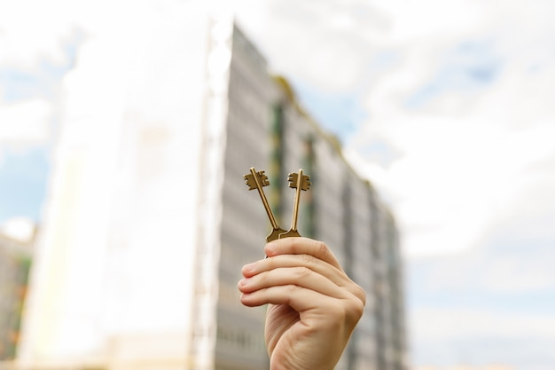Mão com as chaves da nova casa. compra, aluguel, compra, venda, empréstimo ou empréstimo imobiliário, hipoteca.