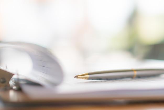 Mão com caneta sobre o formulário de inscrição