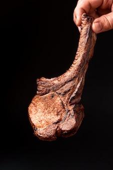 Mão com carne cozida