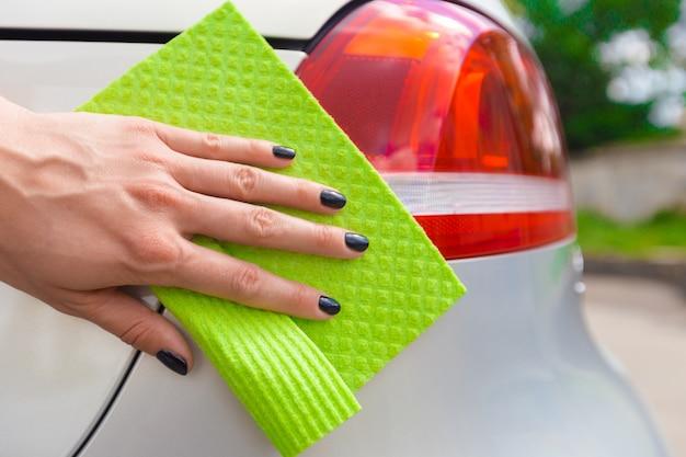 Mão com carro de limpeza de pano de microfibra