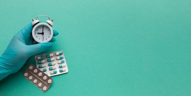 Mão com comprimidos de pílulas com cópia-espaço