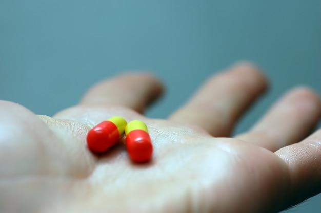 Mão com comprimidos