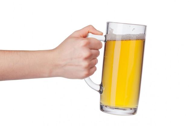 Mão com copo de cerveja cheia isolado