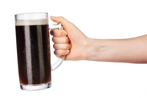 Mão com copo de cerveja