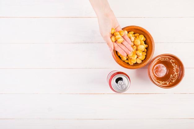 Mão com feijão na mesa da cozinha