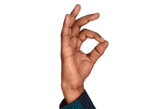 Mão com gesto de ok.