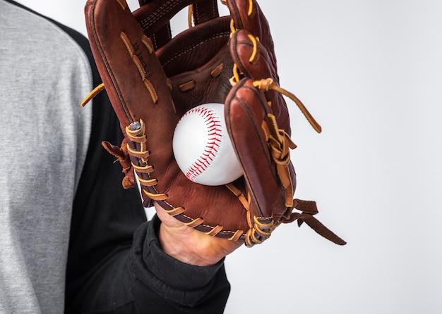 Mão com luva, segurando o beisebol