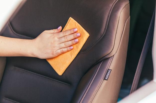 Mão, com, microfibra, pano, limpeza, car