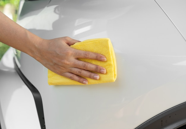 Mão, com, microfibra, pano, limpeza, carro, telhado