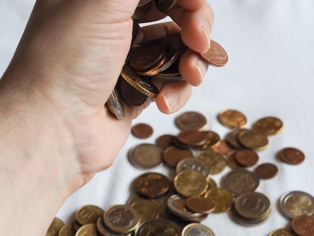 Mão com moedas de euro, união europeia