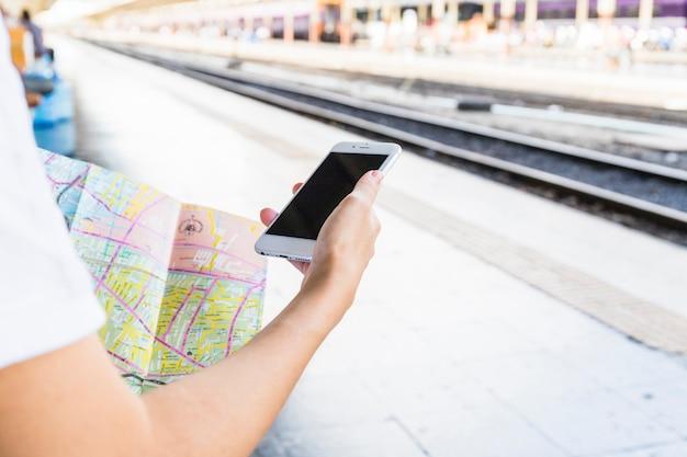 Mão, com, smartphone, e, mapa