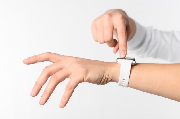 Mão com smartwatch