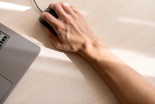 Mão com um higroma, usando mouse óptico