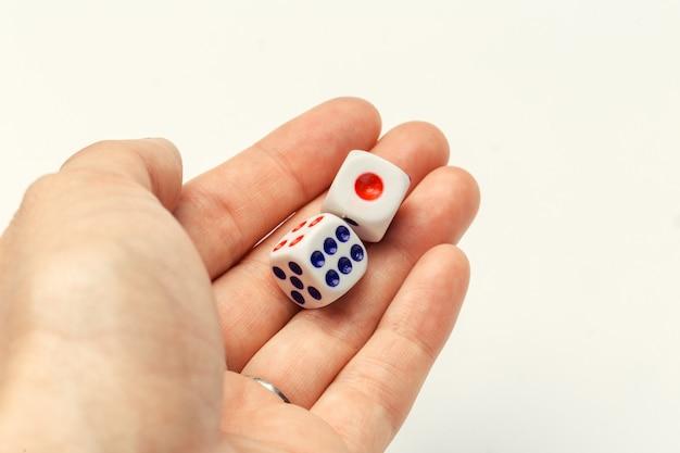 Mão, com, um, par dados