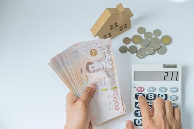 Mão contando moedas de notas de dinheiro da tailândia
