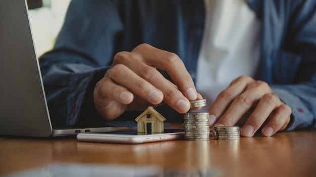 Mão contando moedas pilha na mesa de madeira cons pilha economizando dinheiro ou conceito de investimento