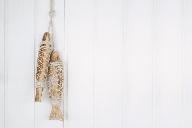 Mão crafted madeira de peixe no fundo de madeira branco com espaço de cópia
