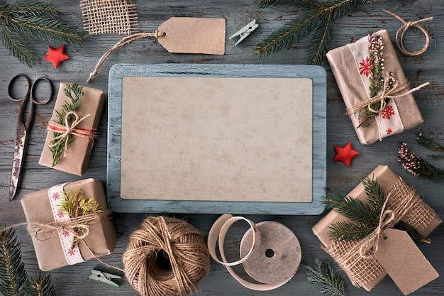 Mão crafted presentes na mesa de madeira rústica com decorações de natal