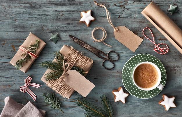 Mão crafted presentes na mesa de madeira rústica escura com decorações de natal